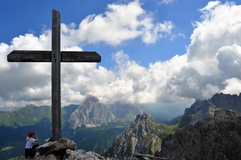 Croce di vetta, sullo sfondo il Peralba