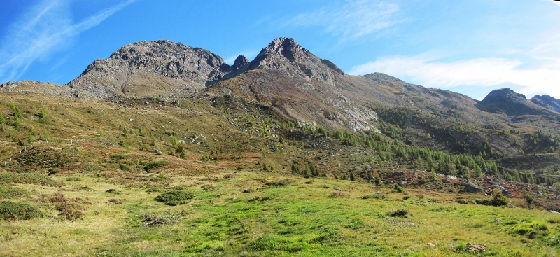 Il sentiero non segnato passa sul profilo di cresta di tutti i monti presenti in foto
